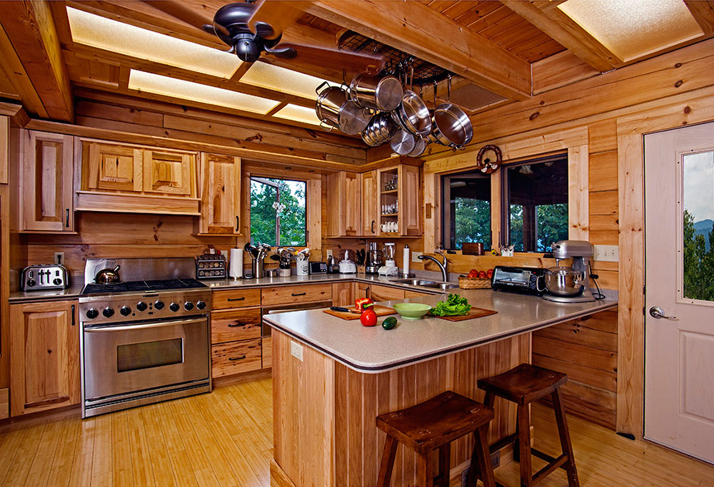Пол на кухне в стиле американского кантри оформляют при помощи паркетной доски
