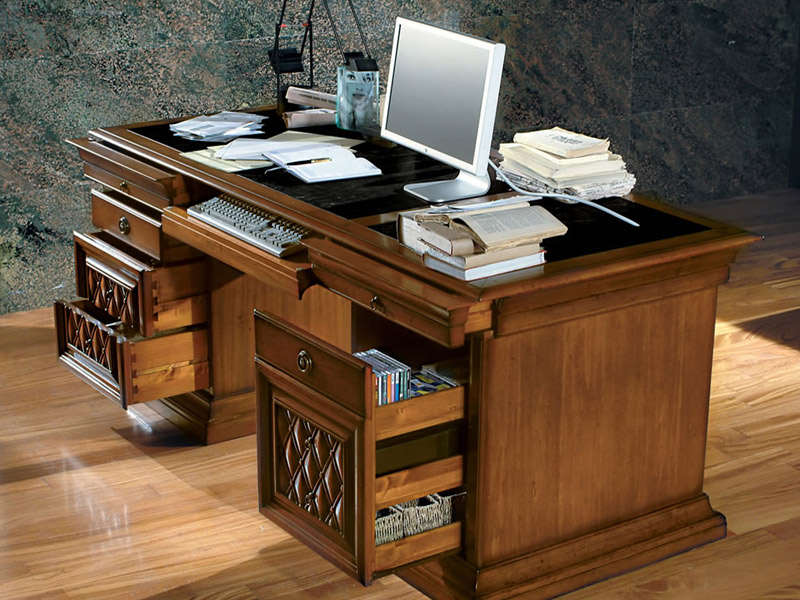 Современные столы для кабинета оснащают выдвижными ящиками разого размера и панелью для клавиатуры