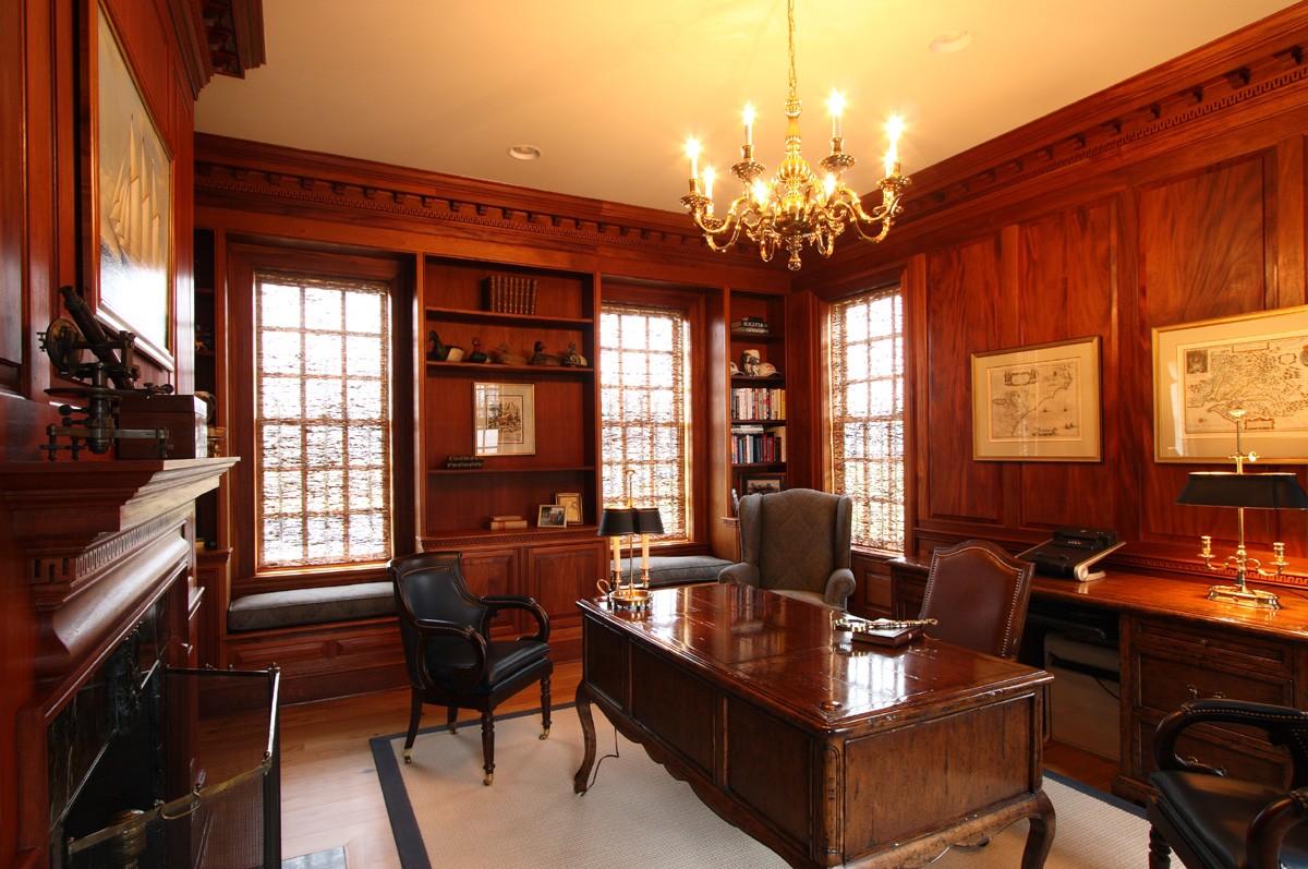 Особенно шикарно выглядит кабинет, стены которого обшиты деревом