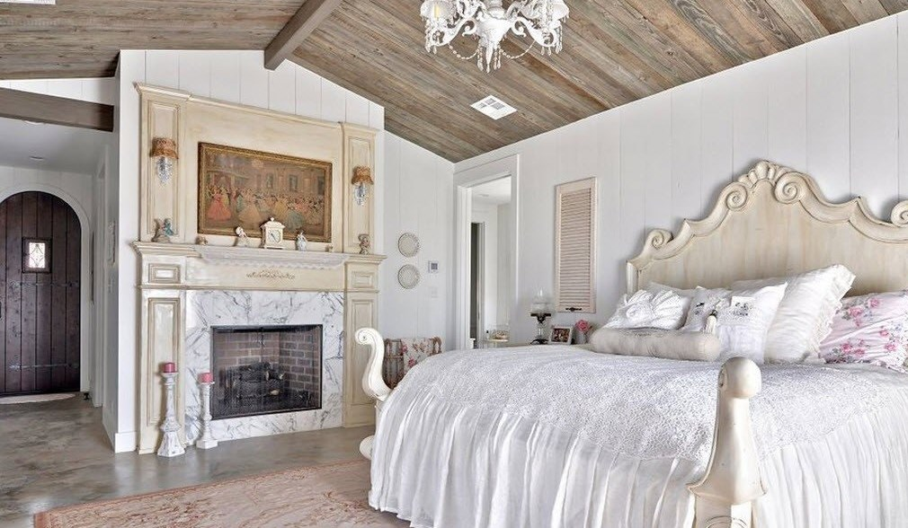 Камин в шебби спальне