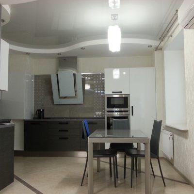 Белый потолок на кухне пример