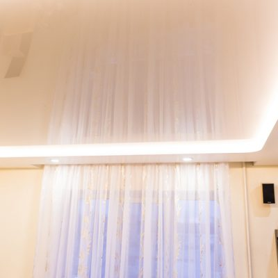 Белый потолок с подсветкой фото