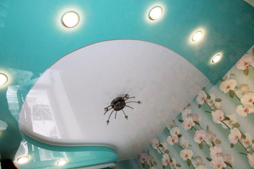 Чем хороши бесшовные натяжные потолки и как производится их монтаж