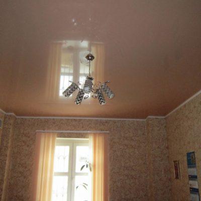 Бесшовный потолок цельный на фото