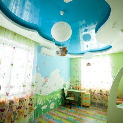 Голубой детский потолок
