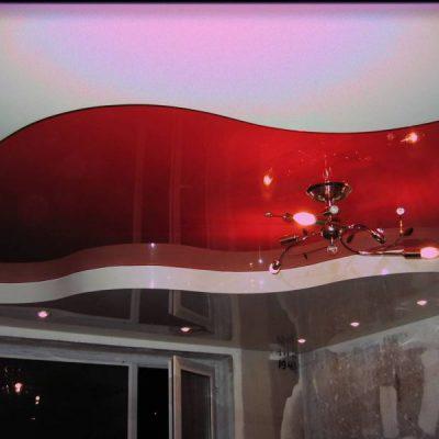 Красно- белый потолок