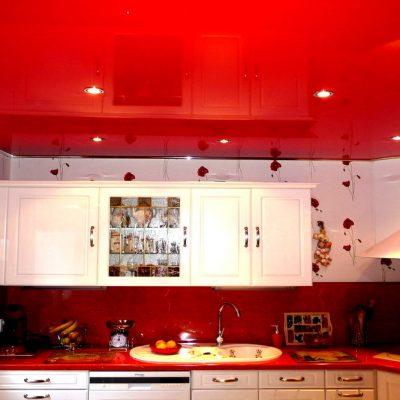 Красный потолок для кухни