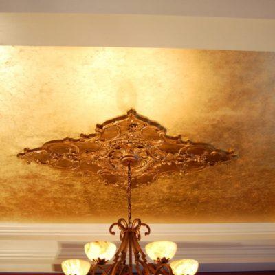 Натяжной потолок под золото