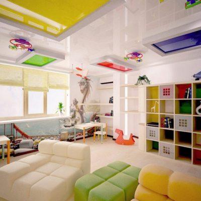 Натяжной разноцветный потолок