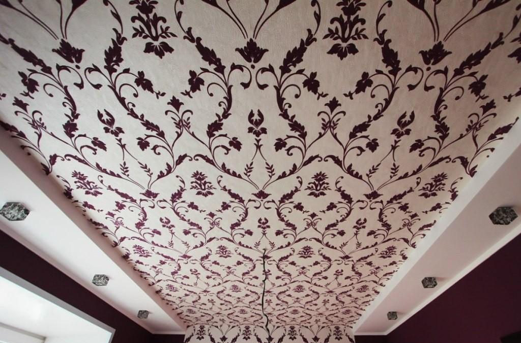 Виды и особенности различных обоев для отделки потолка