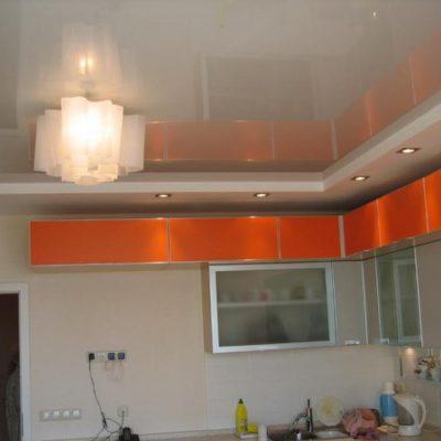 Оранжевый потолок на кухне