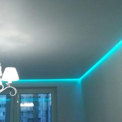 Парящий потолок с бирюзовой подсветкой