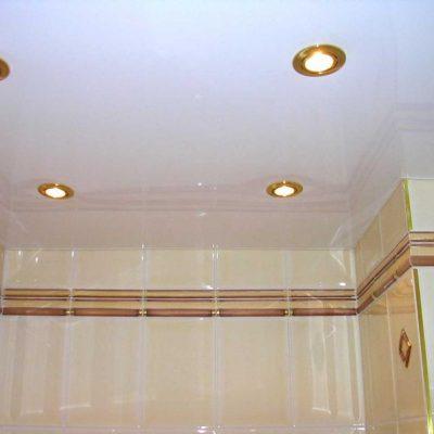 Подвесной белый потолок