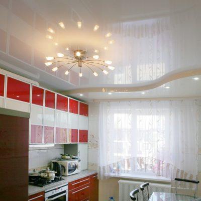 Потолки на кухне дома