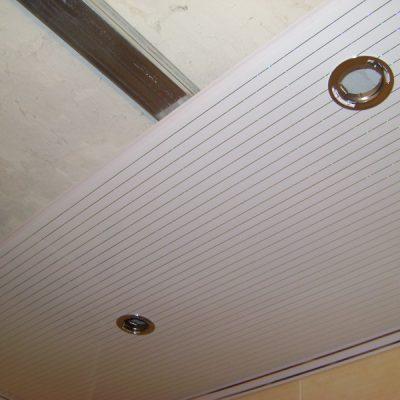 Потолок в ванной из панелей
