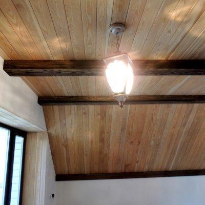 Потолок из вагонки фото