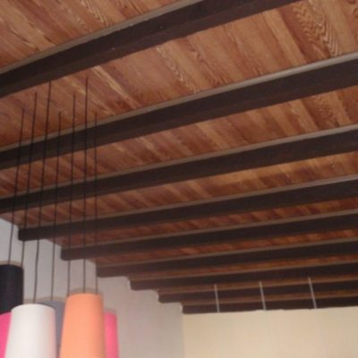 Потолок из ламината фото