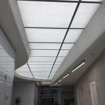 Потолок из стекла пример