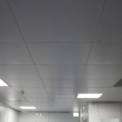Потолок кассетный в комнате