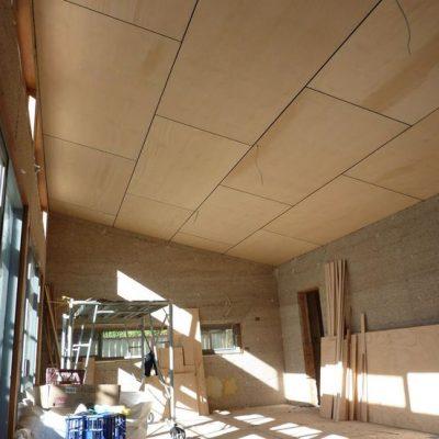 Потолок обшитый фанерой