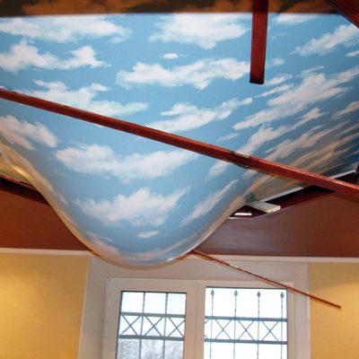 Протечка натяжного потолка с водой
