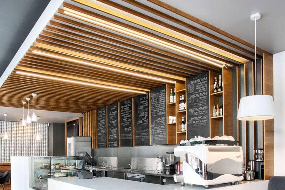 Деревянный подвесной потолок фото