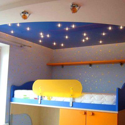 Синий потолок в детской