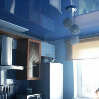 Синий потолок на кухне