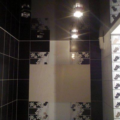 Чёрный потолок в ванной комнате