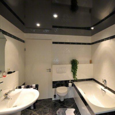 Чёрный потолок в ванной