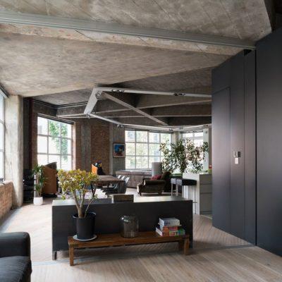 Чёрный потолок в комнате