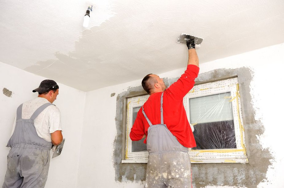 Особенности нанесения штукатурки для выравнивания потолка