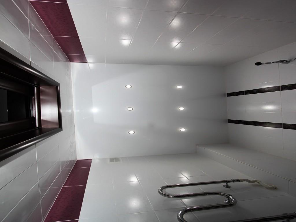 Вот почему для ванной комнаты стоит рассматривать натяжные варианты потолка
