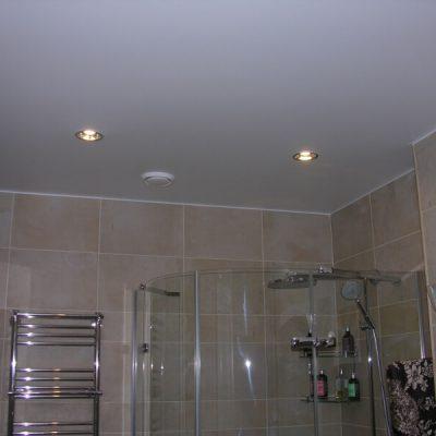 Глянцевые потолки для ванной