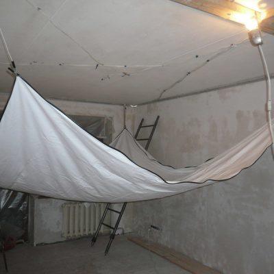 Как натягивают потолок