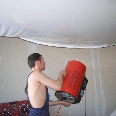 Натягивает потолок