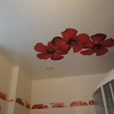 Потолок для ванной с цветами