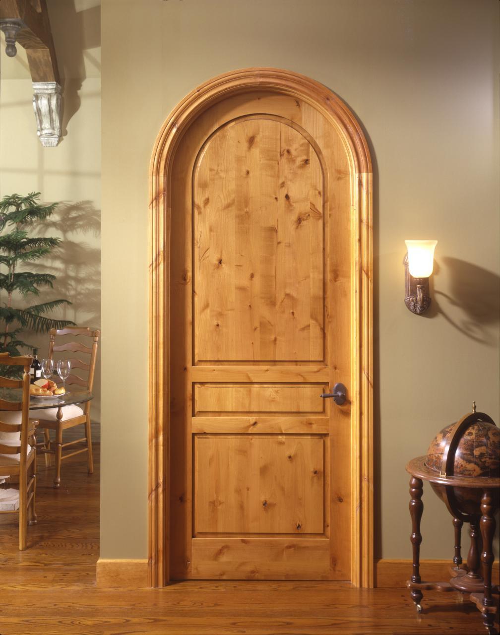 Межкомнатная арочная дверь из массива дерева
