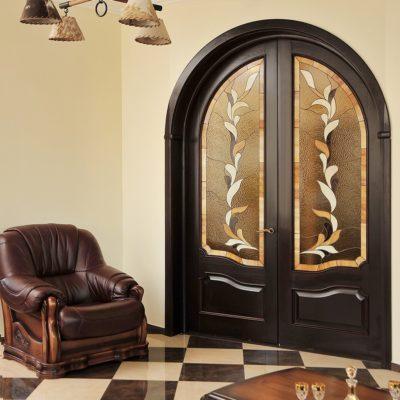 Прочная дверь с витражом