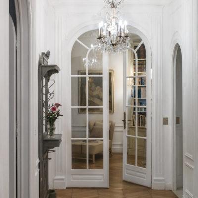 Светлые арочные двери в коридоре