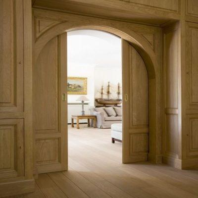 Деревянная арочная дверь