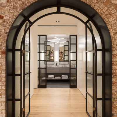 Стеклянные распашные арочные двери