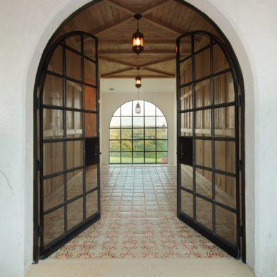Арочные двери со створками внутрь