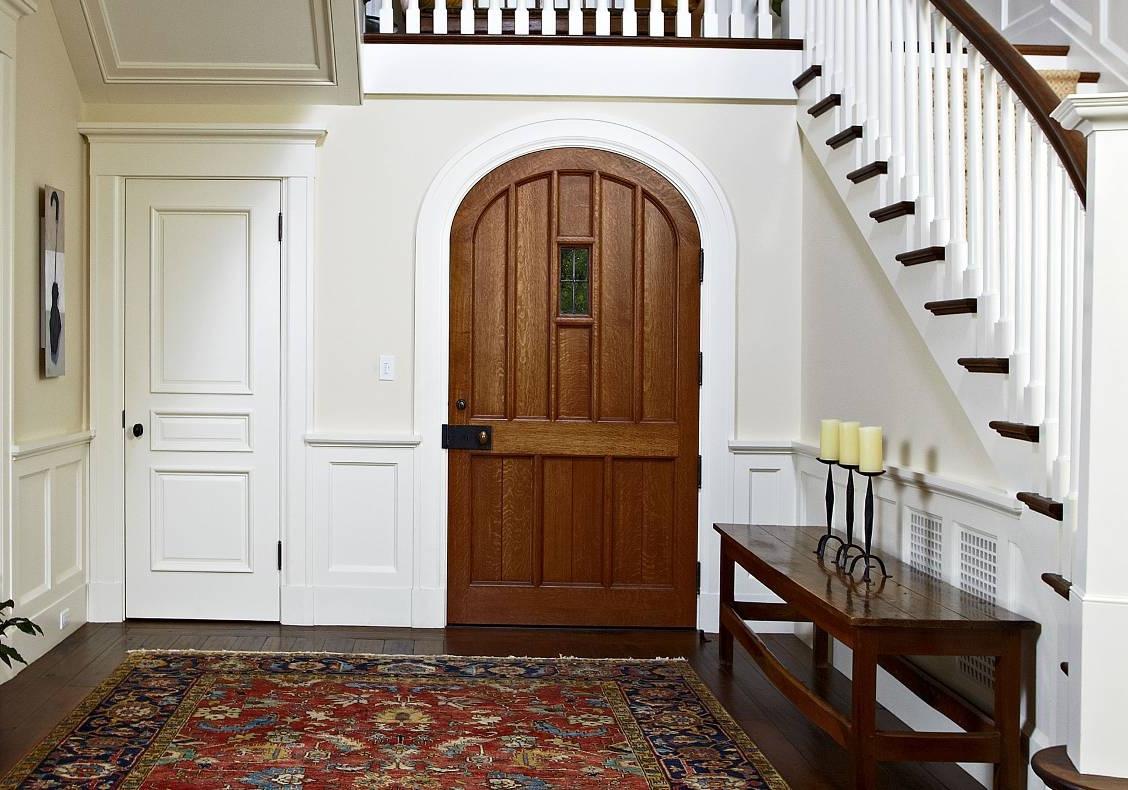 Арочная деревянная дверь в стиле кантри