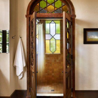 Арочная дверь в готическом стиле