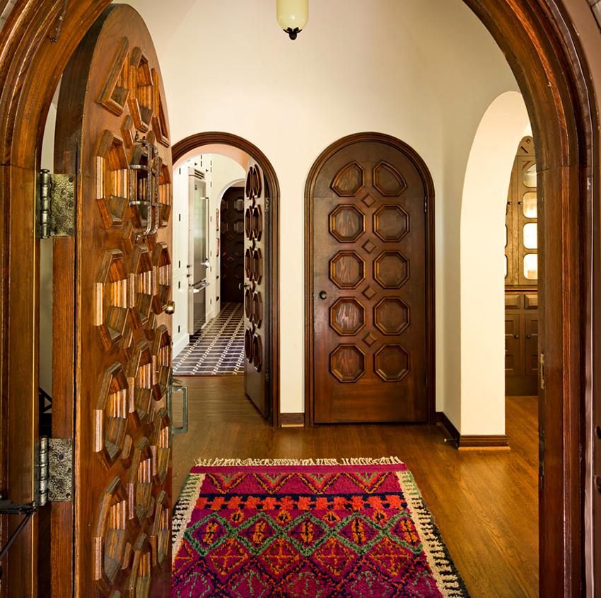 Массивные арочные двери с резьбой