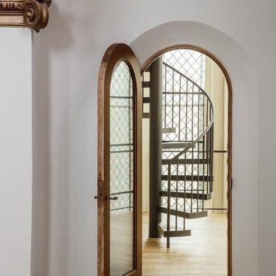 Арочная дверь со стеклянным проемом