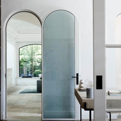 Пластиковая арочная дверь со стеклом