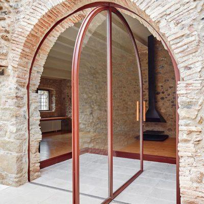 Поворотная дверь в арке