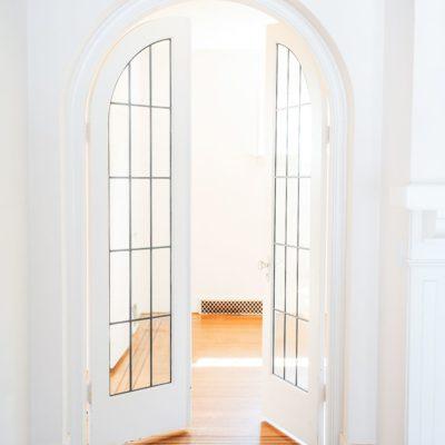 Светлая арочная дверь в интерьере